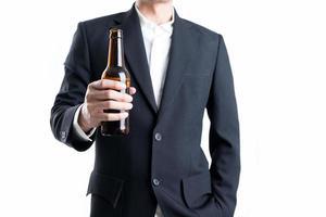 empresario sosteniendo una botella de cerveza. concepto de celebración. foto