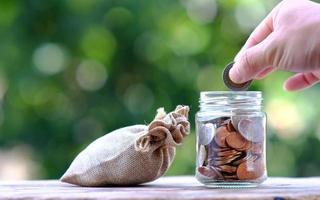 ahorro de dinero y concepto de crecimiento empresarial foto