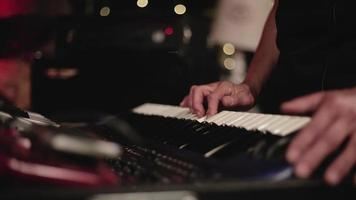 detail van de handen van een muzikant tijdens het pianospelen video