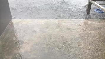 una pioggia battente è caduta sul balcone dell'edificio. video
