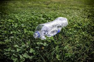 botella de agua en la hierba foto
