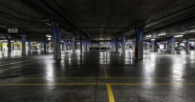 interior del estacionamiento subterráneo foto