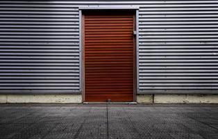 puerta roja sobre fondo metálico foto