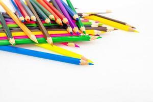 Lápices de colores sobre fondo blanco de cerca foto