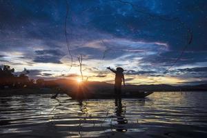 silueta, pescador, pesca, usando, net foto