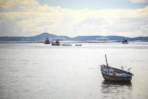 barco de pesca en el mar y la montaña. foto