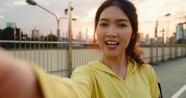 Asia atleta dama grabando video vlog transmisión en vivo en el teléfono. foto