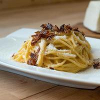 Bucatini italiano tradicional alla gricia guanciale pimienta pecorino foto