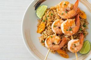 arroz frito con brochetas de gambas foto