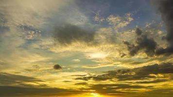 le ciel du soir avait de nombreux nuages qui bougeaient et changeaient de forme video