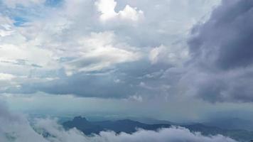 as nuvens se moveram sobre as montanhas, phu thap berk tailândia video