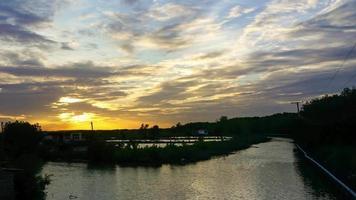 ciel doré au coucher du soleil au-dessus des canaux à la campagne video