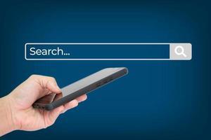 mano de negocios usando un teléfono inteligente con tecnología de búsqueda de datos foto