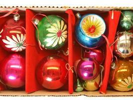 caja de adornos navideños foto