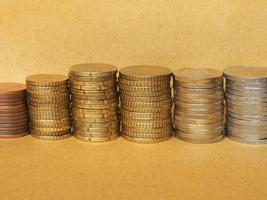 pila de monedas de euro foto