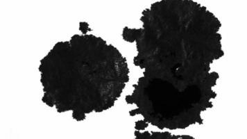 gotas de tinta espalharam sobre uma superfície molhada video