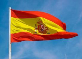 Bandera española de España sobre el cielo azul foto