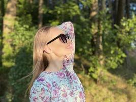 chica rubia con gafas de sol posando foto