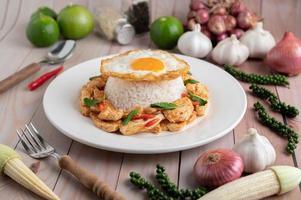 Salteado de pasta de chile con pollo y arroz, huevos fritos foto