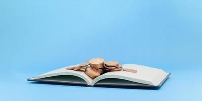 monedas en un libro foto
