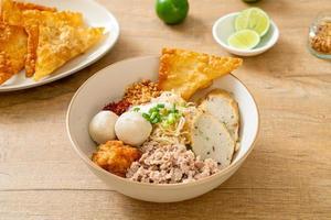 fideos de huevo picantes con bolas de pescado y bolas de camarones sin sopa foto