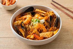 jjamppong - sopa de fideos con mariscos coreana foto