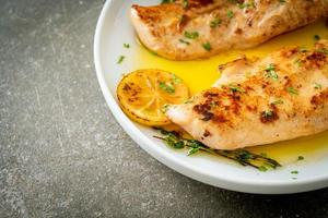 pollo a la plancha con mantequilla, limón y ajo foto