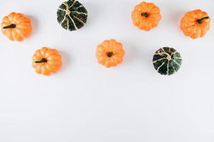 producir calabazas, hojas de otoño en la mesa de madera foto