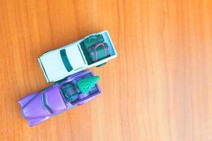 Pequeños automóviles pickup morados y blancos en la mesa foto