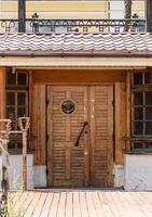 Antigua puerta de madera vintage con ancla en estilo marinero foto