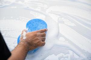hombre, limpieza, lavado, coche, con, esponja, y, espuma foto