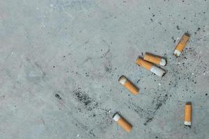 colillas de cigarrillos con espacio en blanco. foto