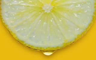 rodaja de limón y lima y cítricos frescos sobre fondo amarillo. foto