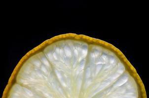 cerca de rodaja de limón y lima y cítricos frescos. foto