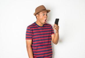 los hombres asiáticos están usando teléfonos inteligentes. foto