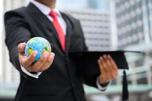 cerrar empresario sosteniendo la tierra global foto