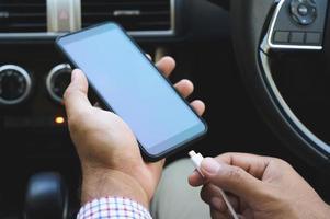 carga de teléfonos inteligentes en el automóvil. foto