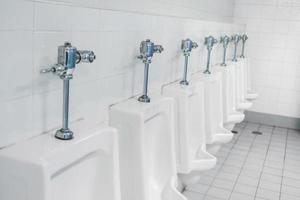 baño público y baño interior con lavabo y aseo. foto