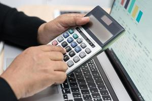 Contador asiático trabajando y analizando proyectos de informes financieros. foto