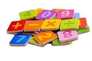 número de matemáticas sobre fondo blanco, aprendizaje de la educación foto