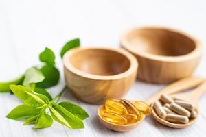 medicina alternativa herbal orgánica cápsula vitamina e omega 3 aceite de pescado foto