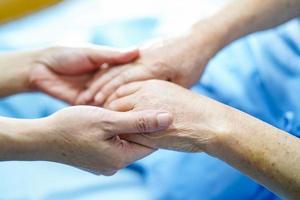 tomados de la mano, conmovedor, asiático, mujer mayor, paciente, con, amor foto