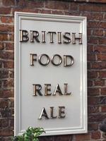 comida británica, letrero de cerveza real en el pub foto