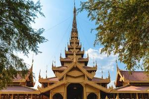 Entrada del palacio de mandalay ubicado en myanmar, birmania foto
