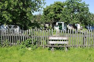 Hermosa y antigua puerta de la casa abandonada en el pueblo foto
