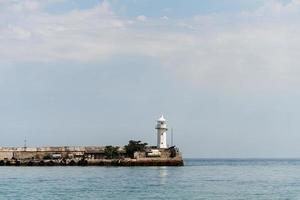 faro en la bahía de yalta foto