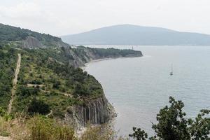 paisaje de colinas, montañas con mar y paisaje urbano en el fondo foto
