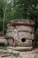 mujer joven, ambulante, cerca, grande, dolmen, piedra, en, el, bosque foto