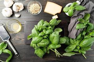 paso a paso preparando salsa pesto italiana. foto