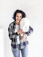 Artista de mujer sonriente en su estudio con escultura de yeso foto